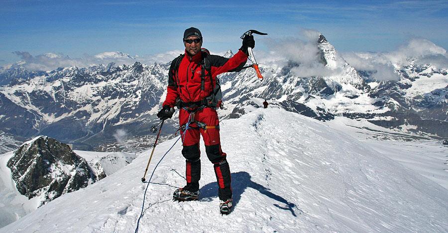 Manuel Mejias en la cumbre del Breithorn 4.164m, detrás el magnífico Cervino. Alpes VALAIS - 4 Junio 2006