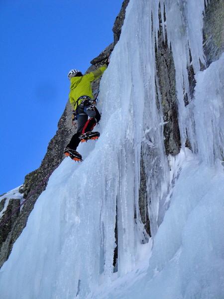 Curso Escalada de Cascadas de Hielo en Gredos - Curso de Escalada en Hielo en Gredos - Curso de iniciación y prefeccionamiento de la técnica de escalada de cascadas de hielo en Gredos