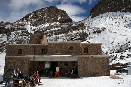 Refugio de Neltner 3.207m. La subida hacia el collado situado encima del refugio es la primera parte de la ascensión al Toubkal