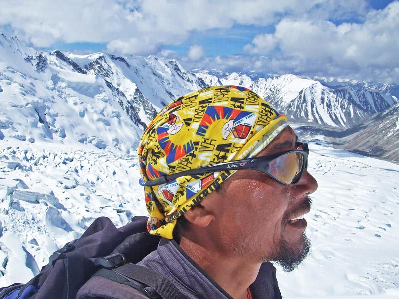 Phurbu nacido en Lhasa (Tibet) -  Nuestro amigo Phurbu nacido en Lhasa (Tibet) y que como muchos, se vio forzado a emigrar junto con su familia a Darjeeling en el norte de la India tras la invasión del Tibet por China ... Porta orgulloso el tubular Free Tibet !!