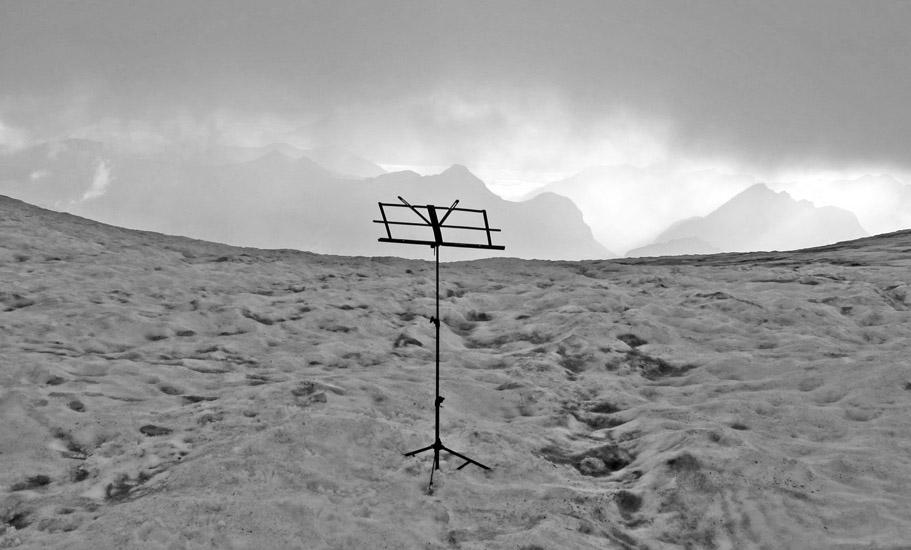 ATRIL EN CORONAS - 4 AGOSTO 2012  Amigos y seguidores de TODOVERTICAL ... Siguiendo con el extraordinario proyecto de Musica y Montaña os dejamos este pequeño aperitivo de un concierto celebrado a las ocho de la mañana en un glaciar del pirineo a más de 3.000 metros de altitud el pasado sabado 4 de agosto.