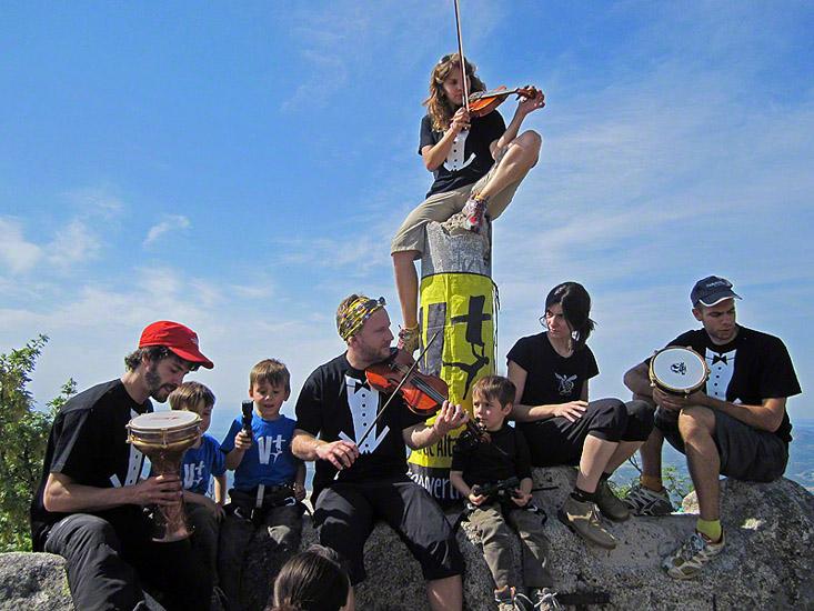 En la cumbre del Yelmo, la cumbre por excelencia de La Pedriza (Madrid), homenaje a Manuel Mejias. Foto: Fernando Solar 1 Junio 2012