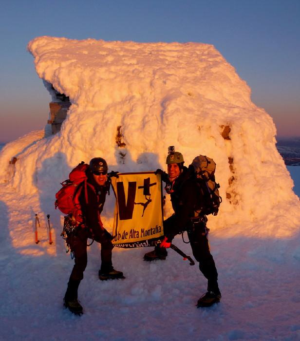 BEN NEVIS 1.344m - Cara Norte - Zero Gully (V, WI4,300m) - Jose y Juan en la cumbre - 9 Febrero 2013 - Foto: José Isidro Gordito